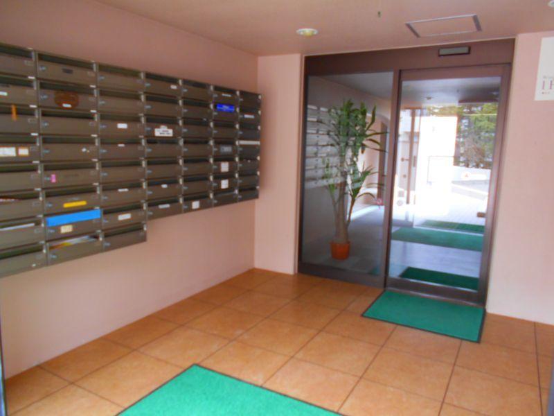 千歳市文京の中古マンションです。 エントランスに集合郵便受け、自動ドアがあります。