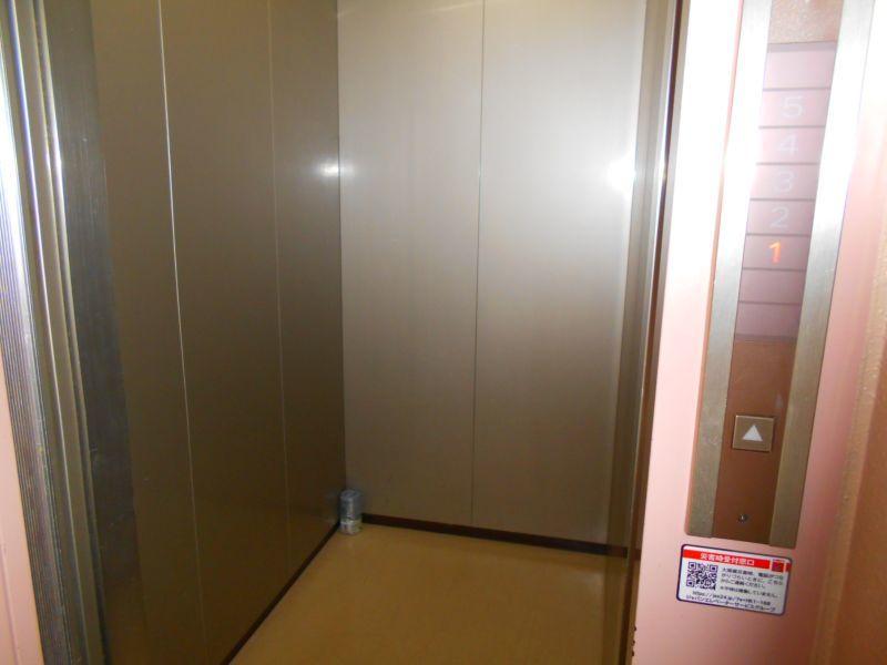 千歳市文京の中古マンションです。 エレベーターです。お部屋は4階なのでうれしいですよね。