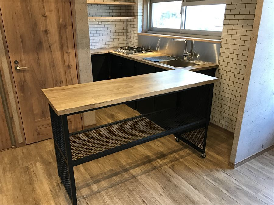 キッチンには可動テーブルが付いています。お子様やお友達と一緒にお料理を楽しむときにスペースが広く使えるのはとても便利ですね◇