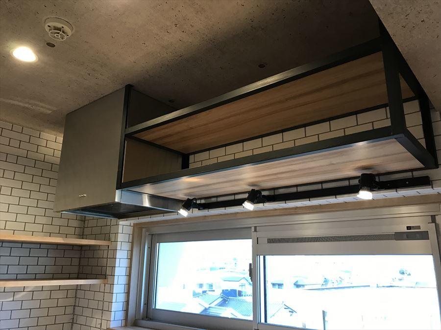 キッチン上部には収納付きです!あまり出番のないお鍋などを収納しておいたりするのにいいですね。ライトも可動式なので、お料理しやすい自分のポイントにライトアップできます◇