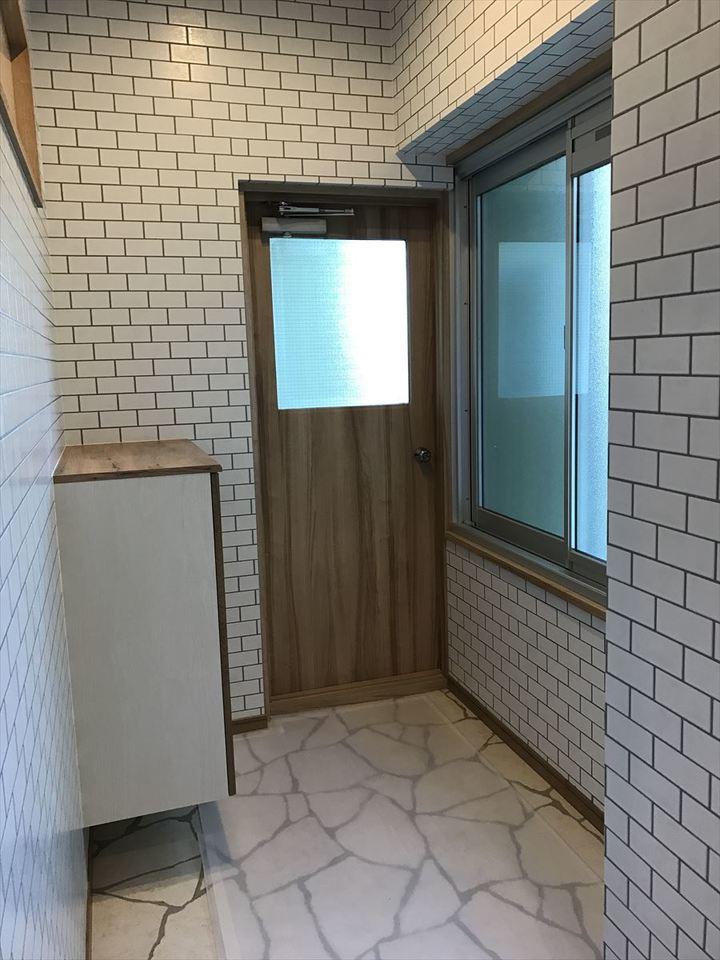毎日使う玄関は家の中でも特に明るさを重視したいところです。南側の大きな窓・バルコニーへ出る扉からの光がお出掛けをワクワクさせてくれます♪