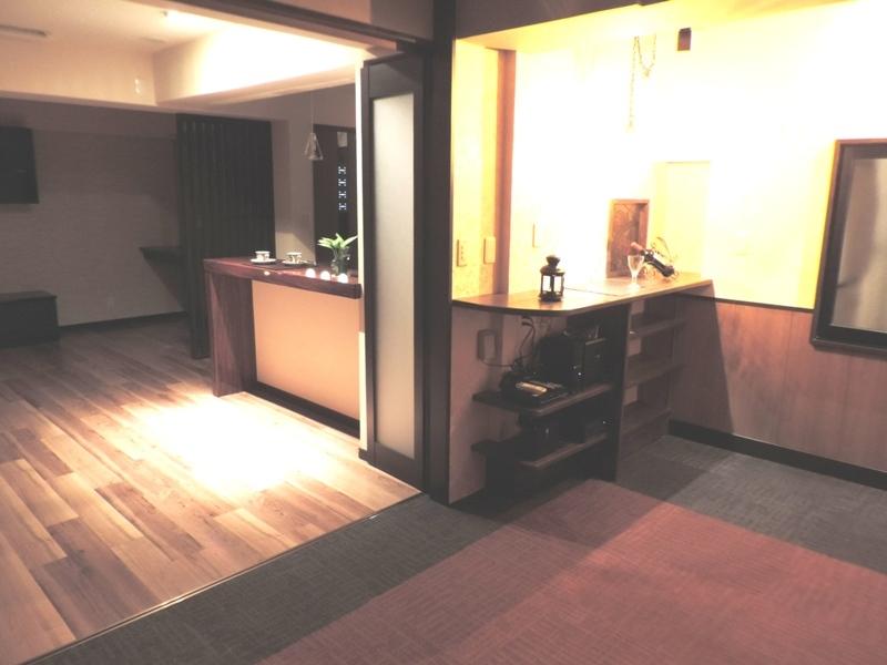 ◎寝室・リビング(2014年1月リノベーション後撮影) 寝室の横部分には、カウンターを設置。趣味の飾り棚コーナーや収納スペースとしてご利用いただけま