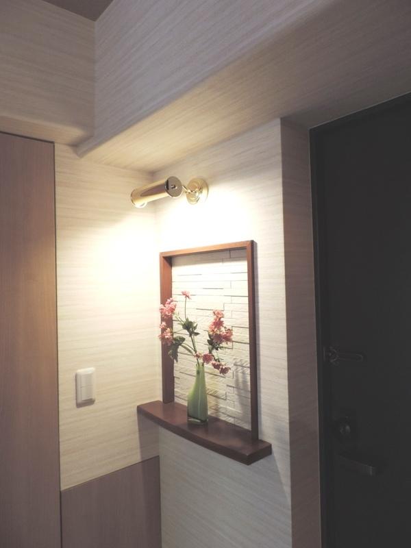 ◎玄関(2014年1月リノベーション後撮影) リノベーション済マンションなので、こだわりのおしゃれな玄関です。また、玄関横には広々収納スペース!