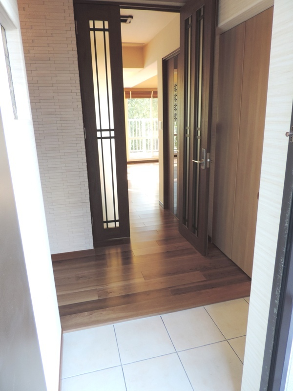 ◎玄関(2014年1月リノベーション後撮影) 玄関からも見える、西向きの広々バルコニーも魅力です!