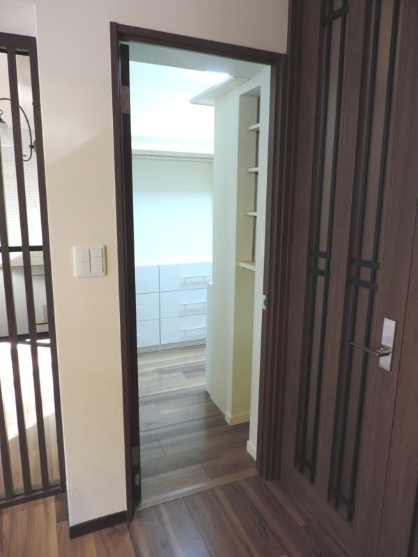 ◎納戸(2014年1月リノベーション後撮影) お部屋のお荷物、お洋服などは、こちらの納戸へ。大容量の収納スペースです!