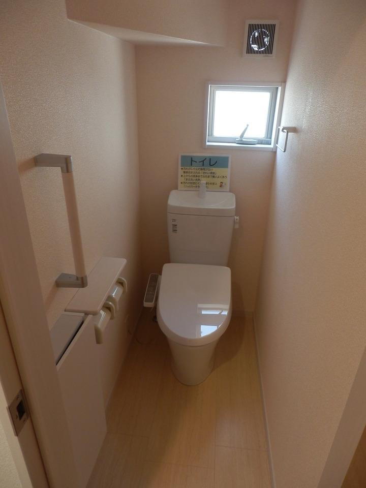 1階トイレ:入口横に収納あり!トイレットペーパーや掃除道具などが収納可能◎
