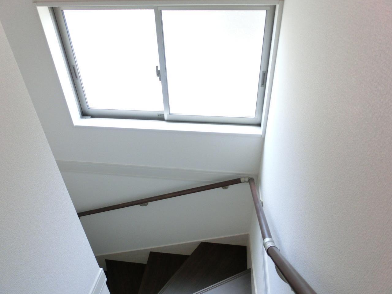 階段にも明るい窓あり!