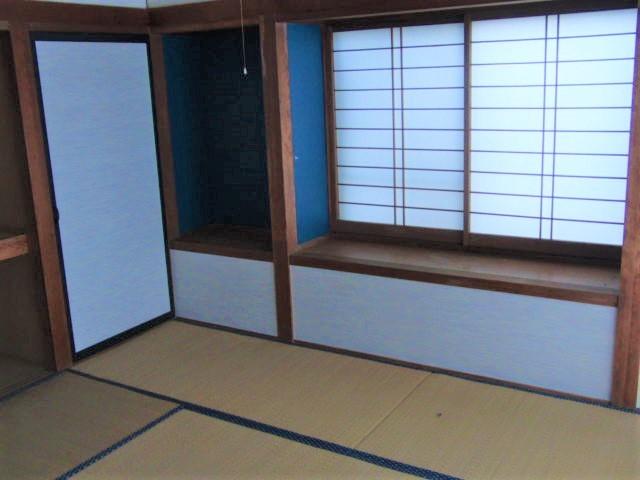 洋室隣の和室。 収納力ある押入れが二ヶ所ついています。