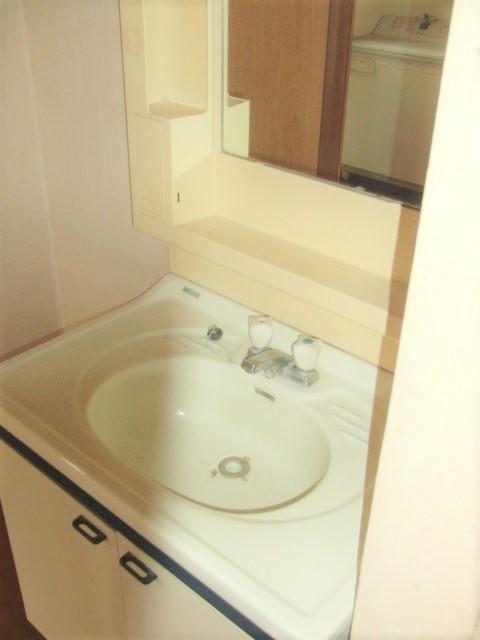 白を基調にした清潔感ある洗面台。