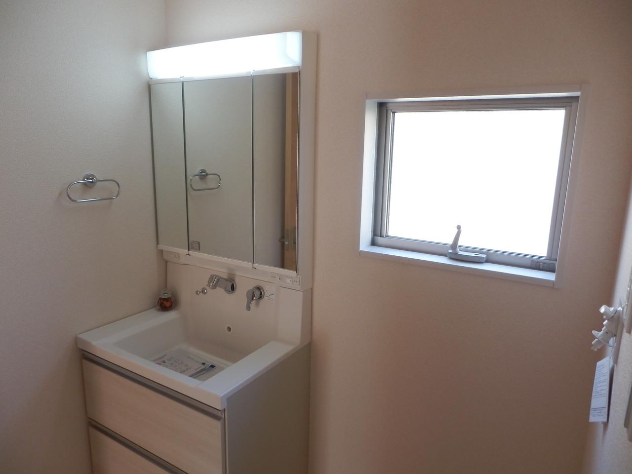 洗面台は三面鏡仕様になる鏡に、蛇口うや水栓も邪魔にならないシンプル設計♪