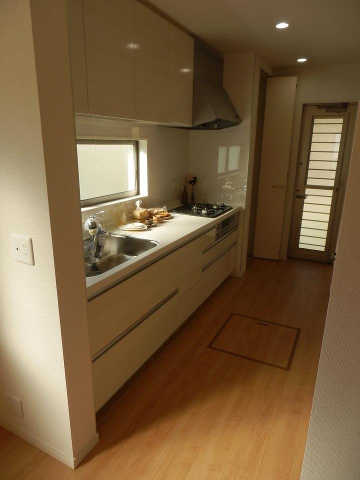 キッチン奥には扉付き収納と、可動棚収納あり!