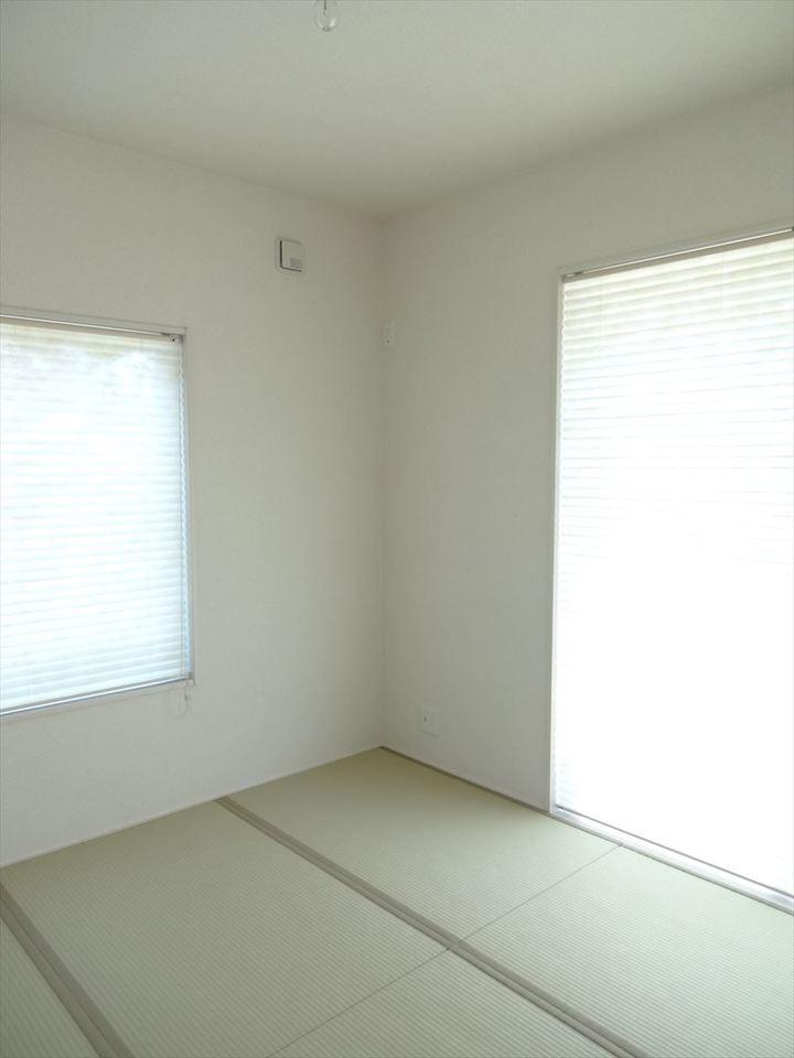 2面の窓から陽射しが入るので、明るくくつろぎの空間。