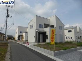 【外観写真】 2017.8.25撮影  久喜市佐間 新築戸建です。デザイナーズ住宅、全敷地300㎡以上、カースペース3台以上可(車種による)大型バルコニーです。