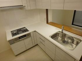 【外観写真】 広々としたシンクと作業スペースのある使いやすいキッチン