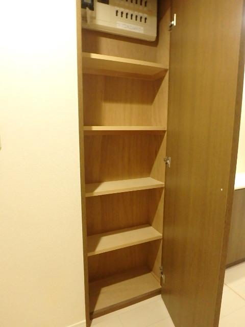 廊下に設えた収納 細々としたものも収納できます。
