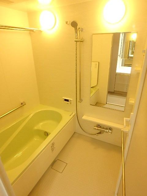リラックスできるゆったりとした浴室内