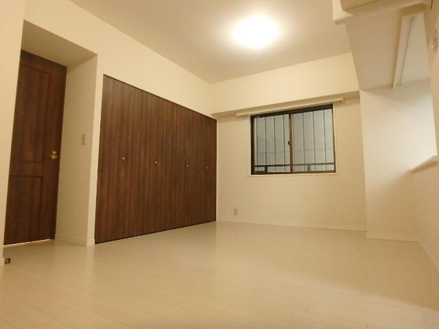 約10.6帖の洋室 主寝室にぴったりのお部屋です。 二面採光で開放感があります。