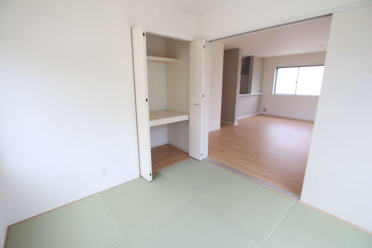 和室と合わせて22.5帖の大きな空間です。 お客様が大勢いらしても、ゆったりおくつろぎ頂けます。 (同社施工例)