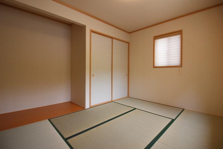 18.5畳のLDKは、床暖房完備! 家事スペースやPC台としても利用可能なカウンターが便利!!