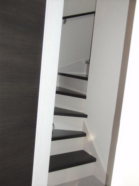 店舗から2階の居住スペースへつながる階段 入り口には収納スペースが設置されています