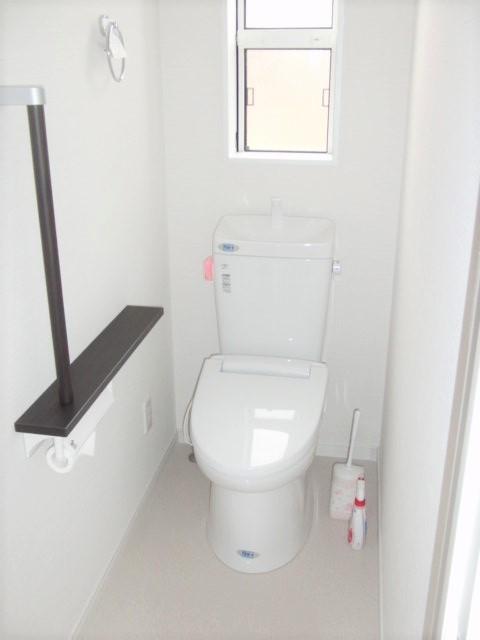 明るく清潔感ある2階居住スペースのトイレ