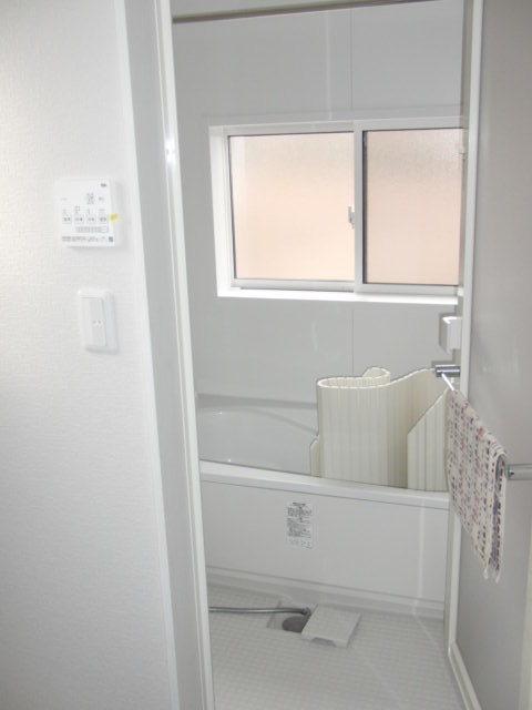 2階居住スペース浴室 白を基調とした明るい浴室です。