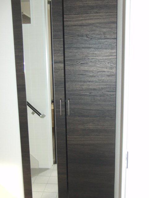 店舗から2階の居住スペースへつながる階段 店舗と鍵付きの扉で仕切られます