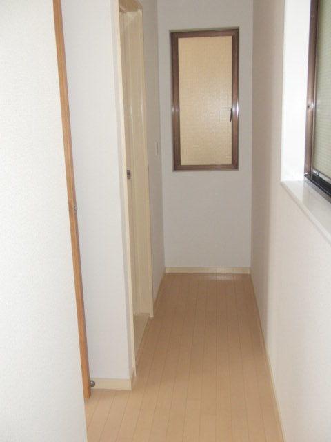 一階の廊下からは車庫が見えます