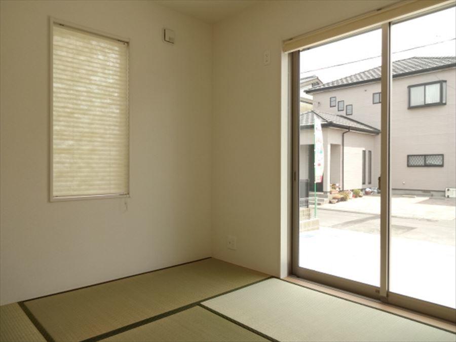 玄関から直接和室に行けるスムーズな動線を確保。  急な来客にも対応出来ます♪  客間としても家族みんなの寛ぎの部屋としても多目的にお使い頂けます。