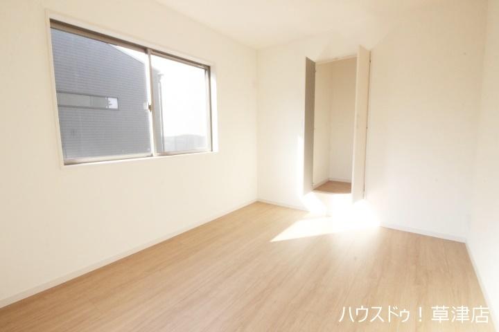 明るい洋室は家具を置いてもゆったりスペースがあります 子供部屋としての利用はもちろん書斎や趣味のお部屋にも対応