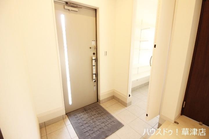 玄関は、ご家族やお客さまを華やかにお出迎えしてくれます。