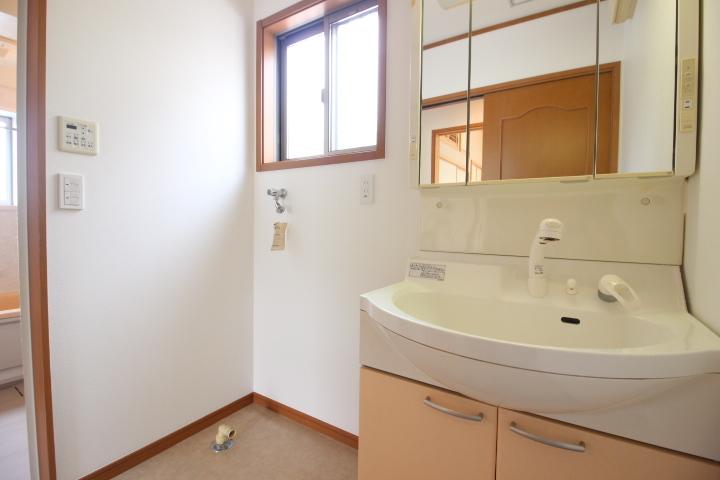 シャンプードレッサーは、上棚付きで収納力たっぷり。 左側は洗濯機スペースです。