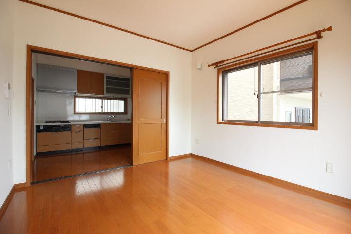 1階7.5畳の洋室は、DKに面しています。リビングルームとして利用可能です。