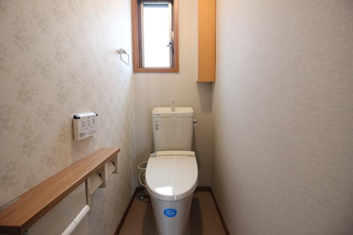 温水洗浄機能付きのトイレ 小棚付きです。