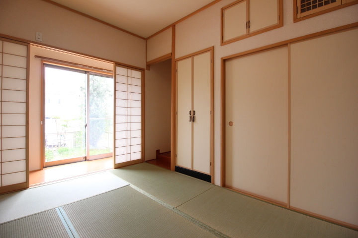 1階6畳和室 仏間・床の間・押し入れが揃っています。広縁もある純和室