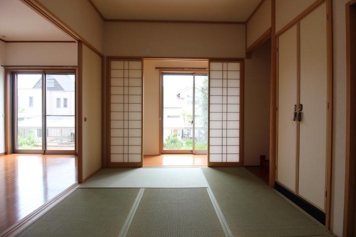広縁ごしの柔らかい光が射し込む和室。広縁には、物入れもあります。