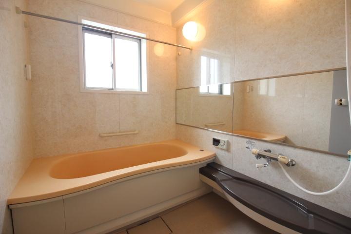 追焚き機能のついたシステムバスルーム。ランドリーパイプと浴室乾燥暖房機で雨の日のお洗濯も安心。