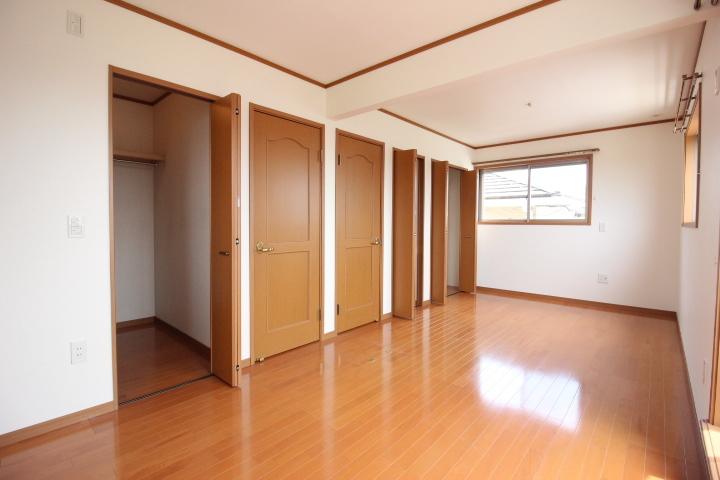 2階は、個室二間として利用可能な造りです。ウォークインクローゼットあり。
