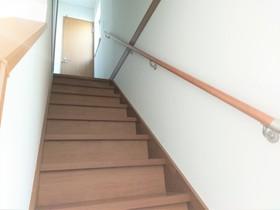 階段には手すりもあるので安心ですね