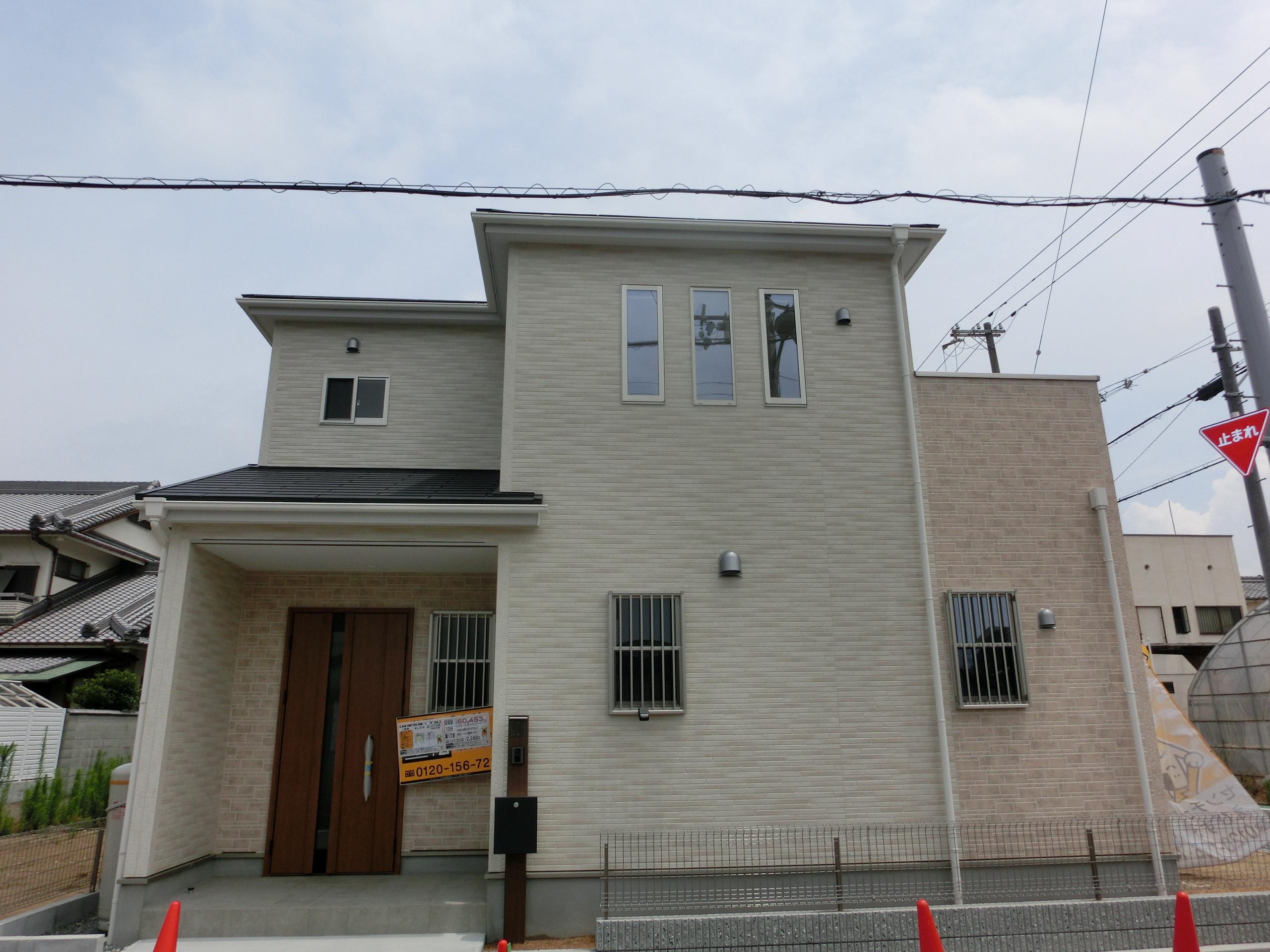 【外観写真】 現地の様子(H29年6月3日撮影) 白壁が爽やかなお家!