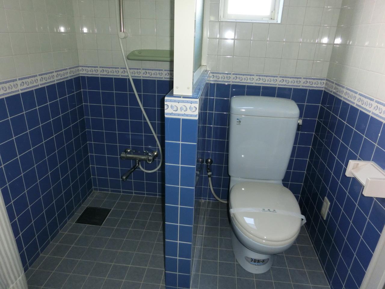 1Fの洗面所です。 なんだか海外ドラマっぽいトイレ、シャワールームがひとまとめのおしゃれな造りです♪