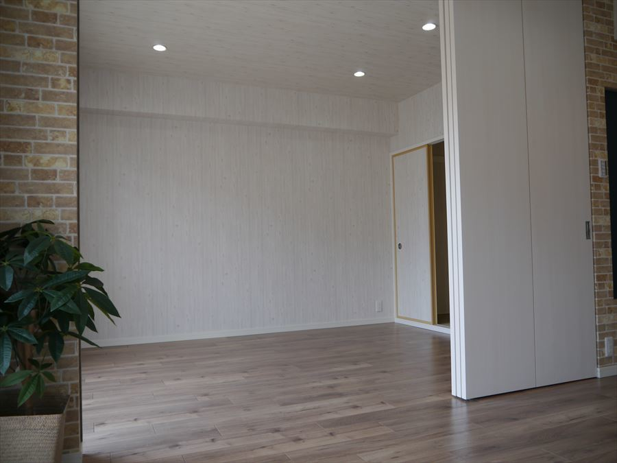 LDKからみた洋室です。可動式ドアがあるので、主寝室に、開け放して広いリビングにいろんな使い方ができますね。