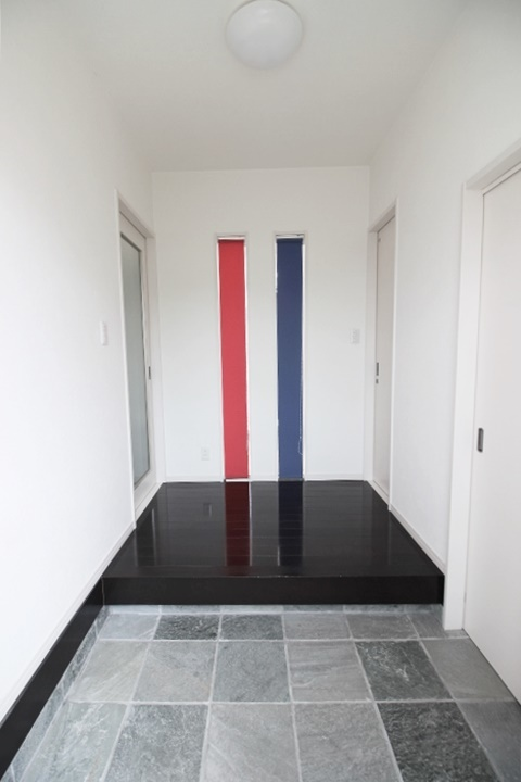 レッドとブルーのロールスクリーンが目を惹く玄関です。トリコロールカラーの洗練されたイメージでお出迎え♪