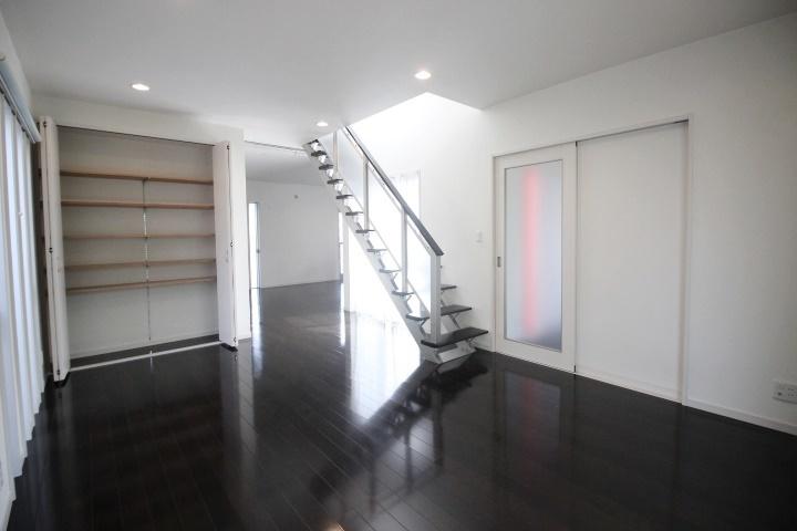 スケルトン階段が印象的なリビングです。段と段のすきまからも陽がこぼれ、開放的な印象です。ご家族が1番長く暮らすこんなリビングでは、きっと会話が弾む憩いの場になるでしょう。