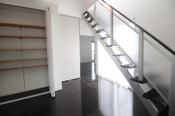 吹き抜けからのやわらかな光がリビングにも届き、落ち着いた空間を演出できます。床暖房付きなので、ゆったり寛ぐことができそうです。