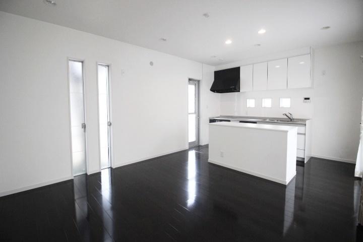 白を基調としたおしゃれなダイニングキッチンです。縦長のスリット窓はプライバシーを保護しつつ、室内に明るさを採りこむことができます。