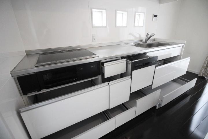 3連小窓がアクセントのキッチンです。フルオープンの引き出し式収納は、奥まで使い勝手がいいですね。ご家族の時間にゆとりが生まれる食洗器付です♪