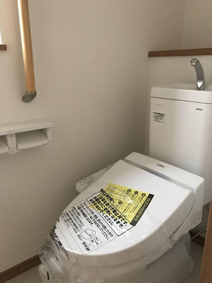 手すり付きのトイレはお子さまや年配の方にも優しい造りになっています◎後ろの棚にかわいい小物を置いてDIYもいいですね(^^)