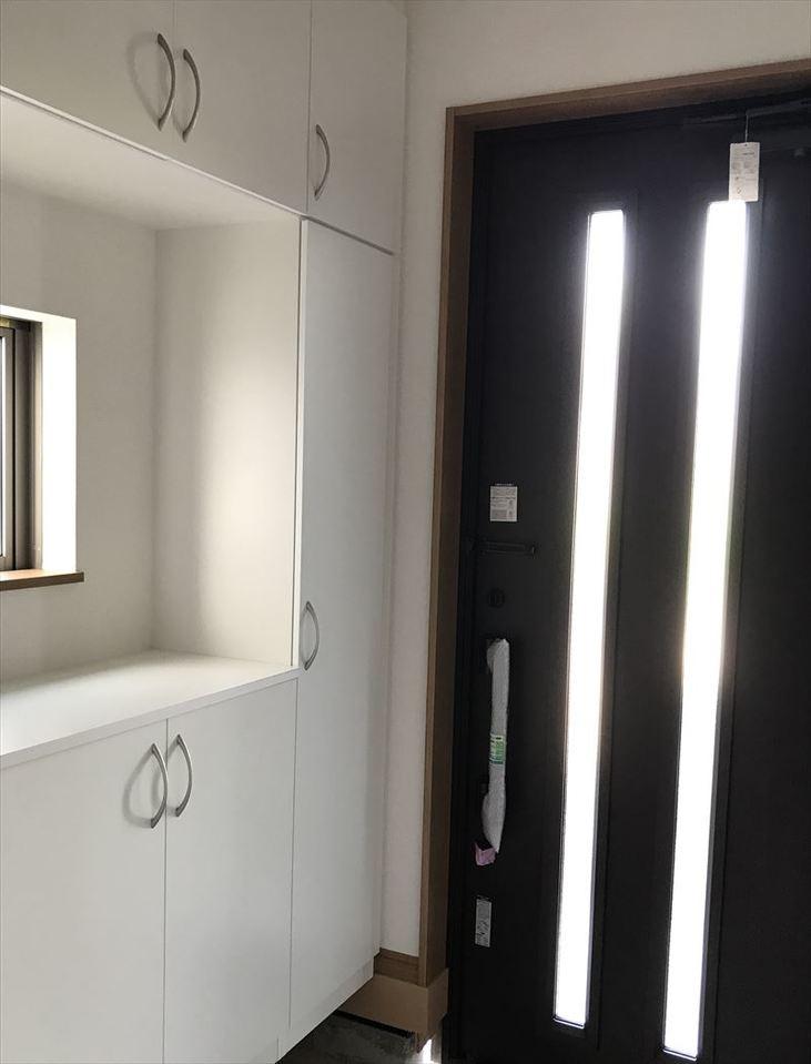 黒と白でまとめた玄関はスタイリッシュに決まっています◎収納スペースも十分ございますのでスッキリとお使いいただけます(^^)