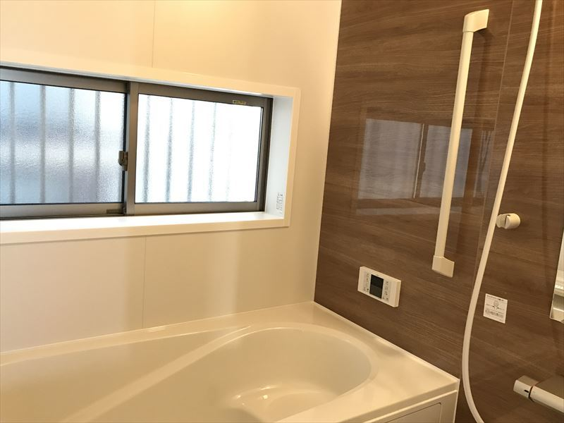 大きな窓が特徴的な浴室です! 見るだけOK、聞くだけOK。暮らしをリアルに体験してみてください。